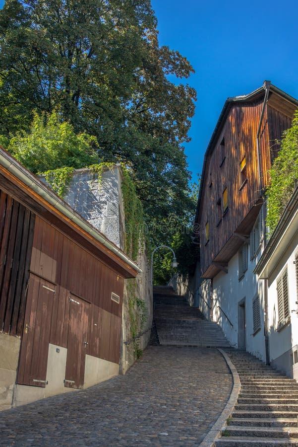 Un vicolo nascosto nel centro di Zurigo immagini stock