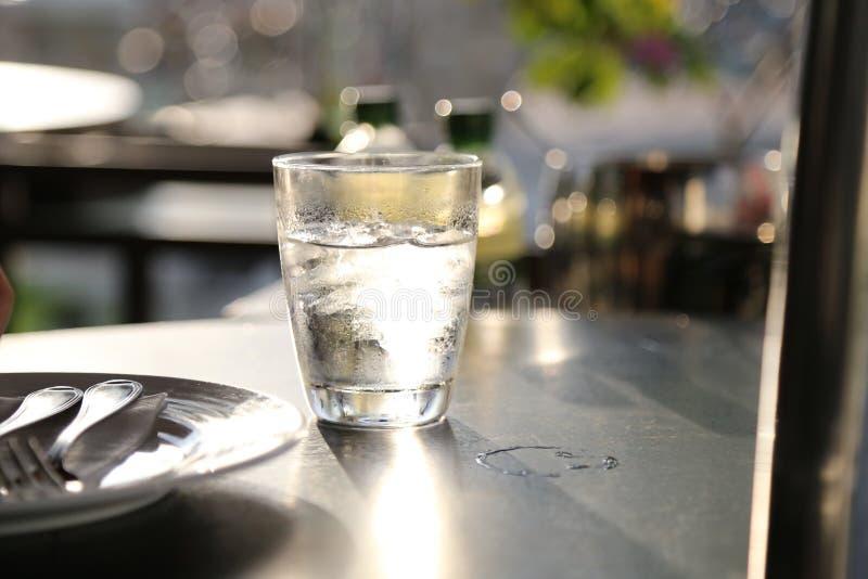Un vidrio de agua fotos de archivo