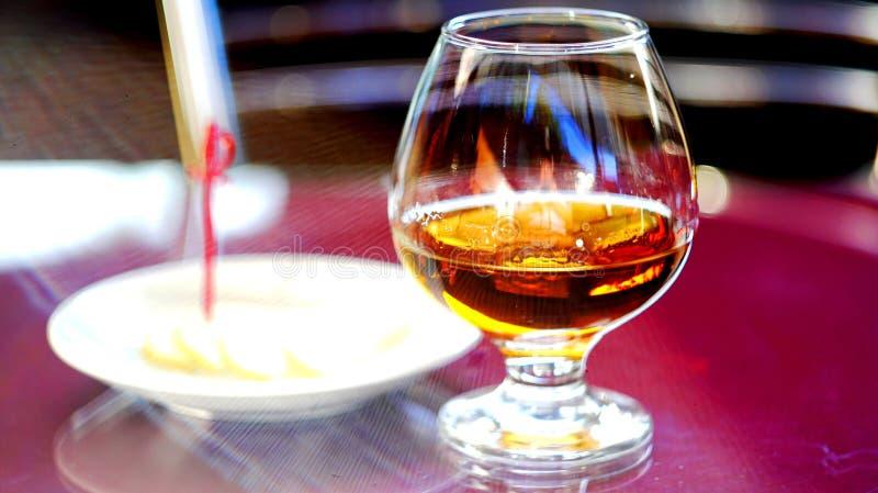 Un vidrio de brandy con el limón imagen de archivo