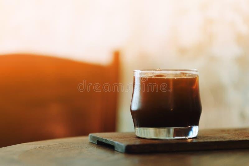 Un vidrio de café sólo del hielo en café imagen de archivo