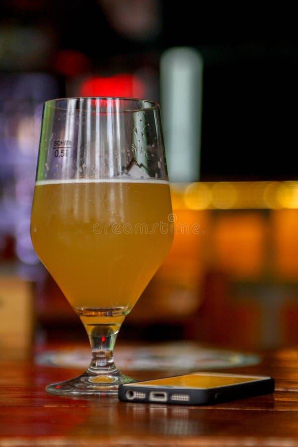 Un vidrio de cerveza en la barra foto de archivo libre de regalías
