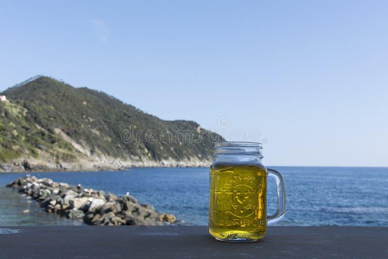 Un vidrio de cerveza en verano foto de archivo libre de regalías