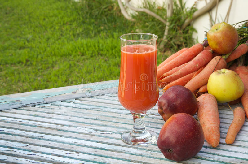 Un vidrio de jugo de zanahoria fresco de la manzana imagen de archivo libre de regalías