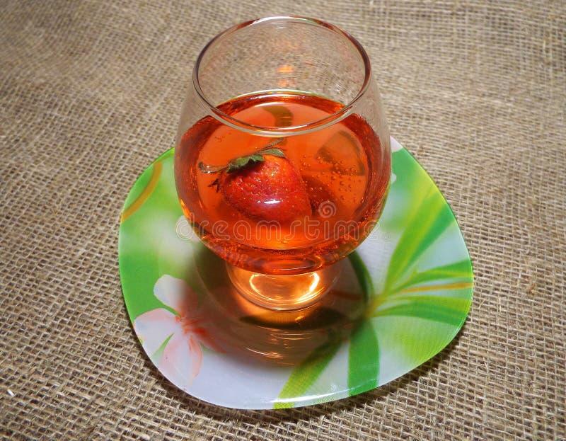 Un vidrio de la bebida roja imagenes de archivo