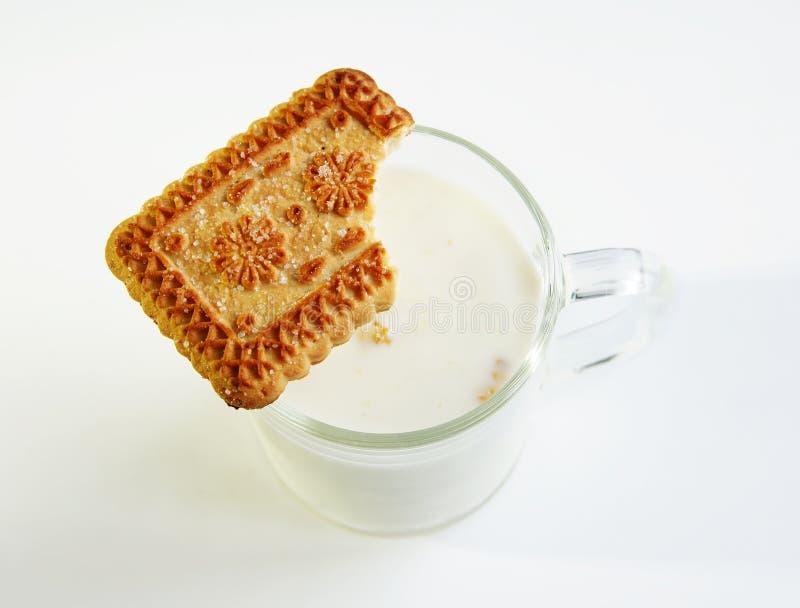 Un vidrio de la leche y de la galleta fotografía de archivo