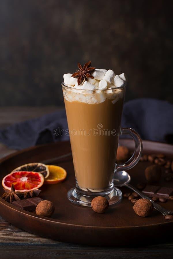 Un vidrio de latte del café con las tortas fotos de archivo libres de regalías
