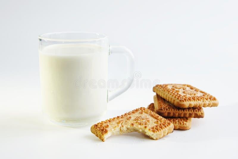 Un vidrio de leche y de galletas imagen de archivo libre de regalías