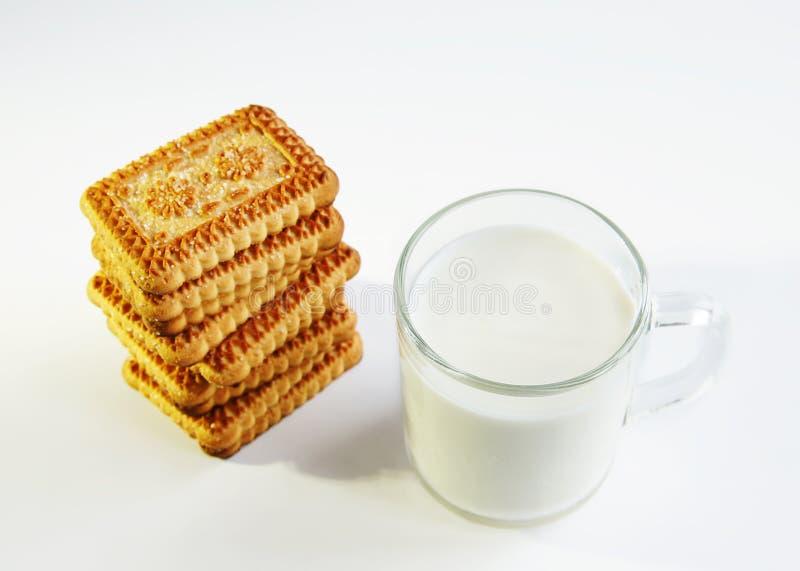 Un vidrio de leche y de galletas fotos de archivo libres de regalías