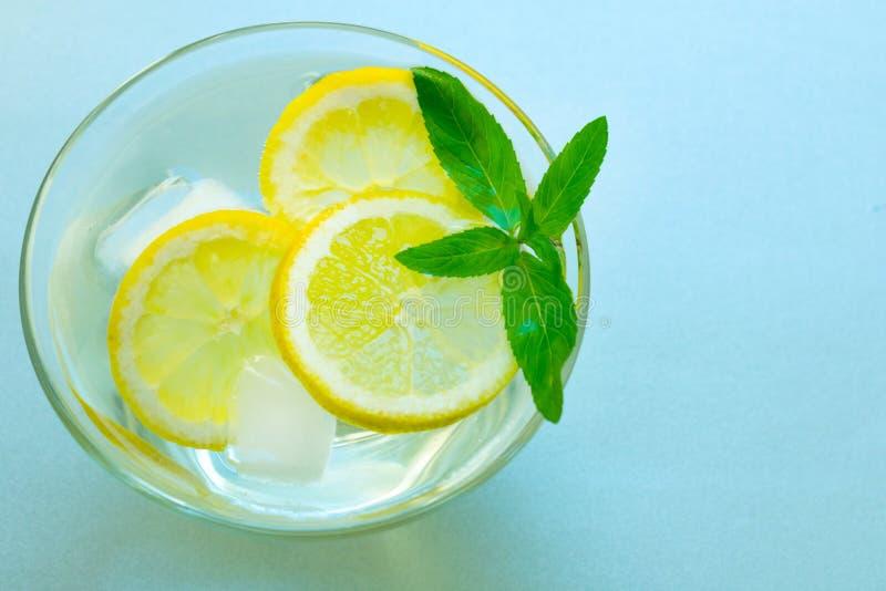Un vidrio de limonada con la menta en un fondo de plata Bebida de enfriamiento Verano Visi?n desde la tapa Copie el espacio fotografía de archivo libre de regalías