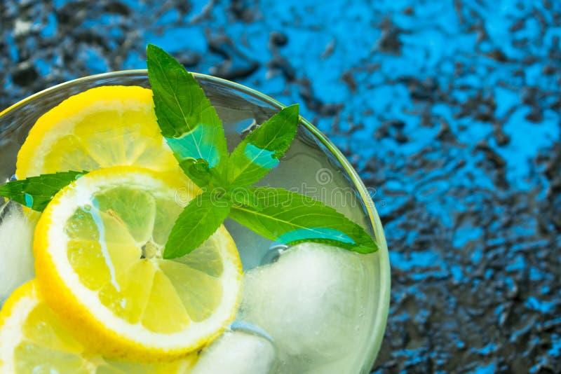 Un vidrio de limonada con la menta en un fondo texturizado negro Copie el espacio imagen de archivo libre de regalías