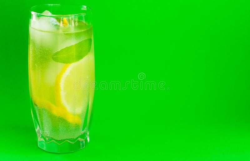 Un vidrio de limonada con la menta en un fondo verde claro Bebida de enfriamiento Copie el espacio fotos de archivo libres de regalías