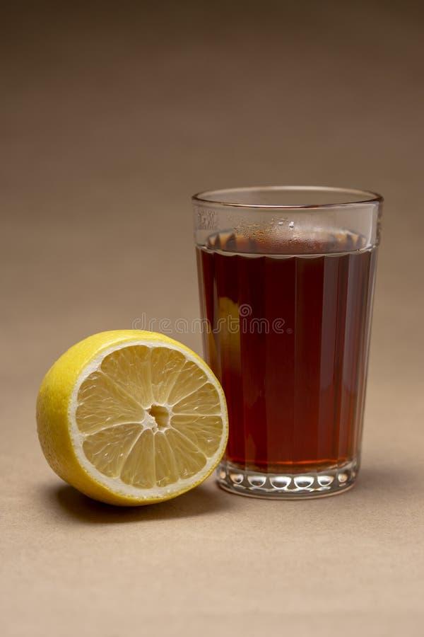 Un vidrio de té fuerte con el limón imagen de archivo libre de regalías