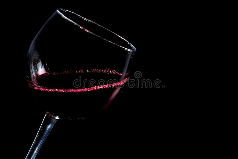 Un vidrio de vino rojo en fondo negro fotos de archivo libres de regalías