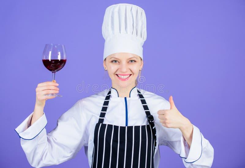 Un vidrio de vino tinto es aceptable Experto feliz del vino que muestra los pulgares encima del gesto con la copa de vino a dispo foto de archivo