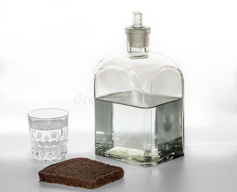 Un vidrio de vodka en la tabla imágenes de archivo libres de regalías