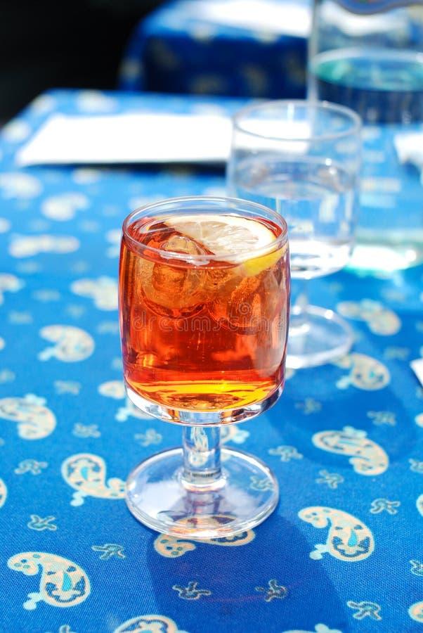 Un vidrio del aperitivo Spritz Aperol foto de archivo