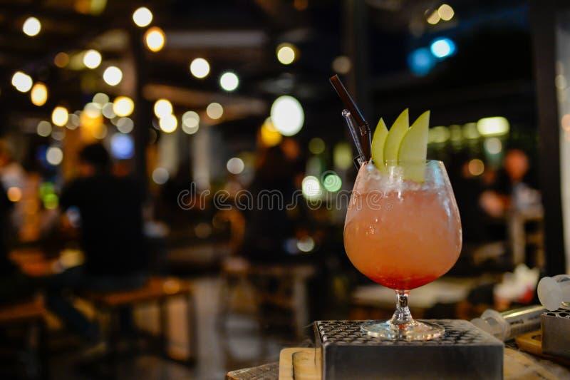 Un vidrio del cóctel en el pub y el restaurante en fondo de la falta de definición fotos de archivo libres de regalías