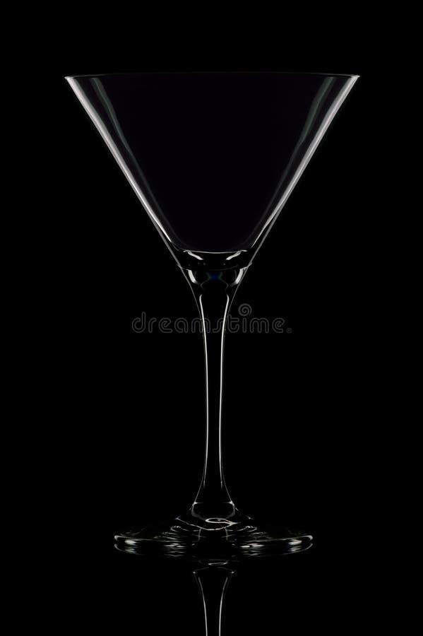 Un vidrio vacío de martini en fondo negro. fotografía de archivo