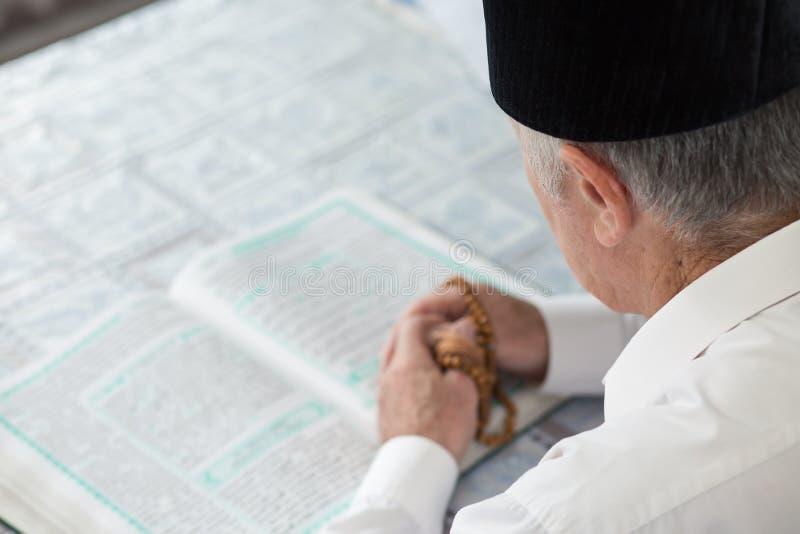 Un vieil homme Coran de lecture Foyer sélectif photographie stock libre de droits