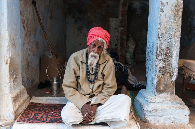 Un vieil homme indien avec un turban rouge photographie stock libre de droits
