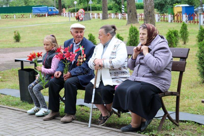 Un viejo abuelo masculino es un veterano de la Segunda Guerra Mundial que se sienta en un banco con la victoria Moscú, Rusia, 05  foto de archivo libre de regalías