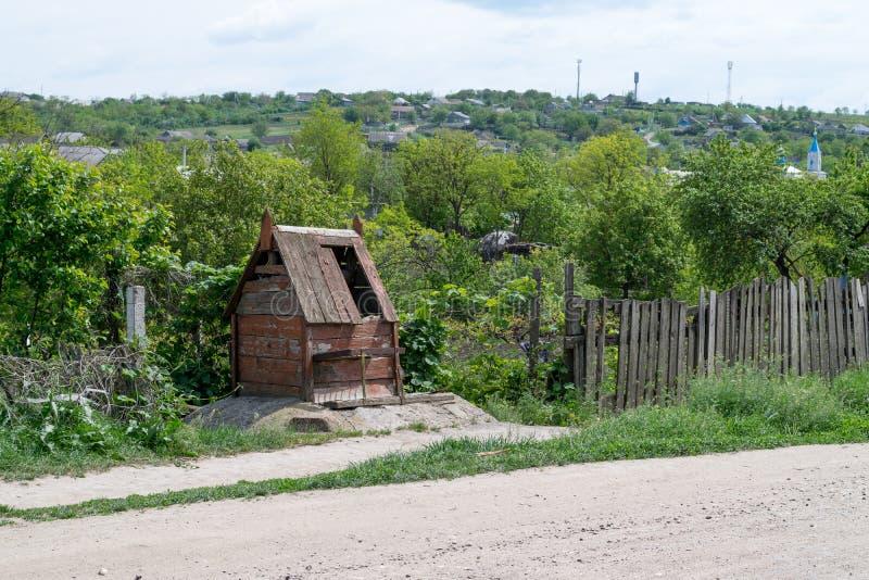 Un viejo drenaje bien en un área del pueblo foto de archivo libre de regalías