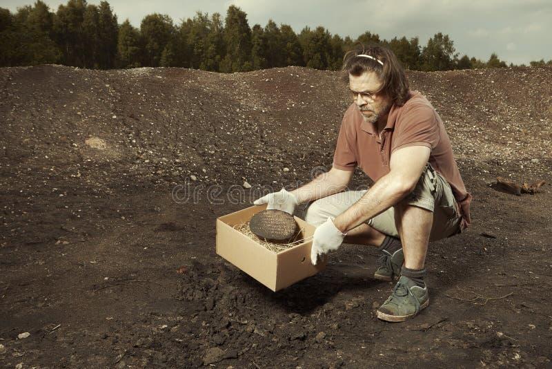 Un viejo fragmento de cuneiforme de Akkad encontrado en excavaciones del terreno imágenes de archivo libres de regalías