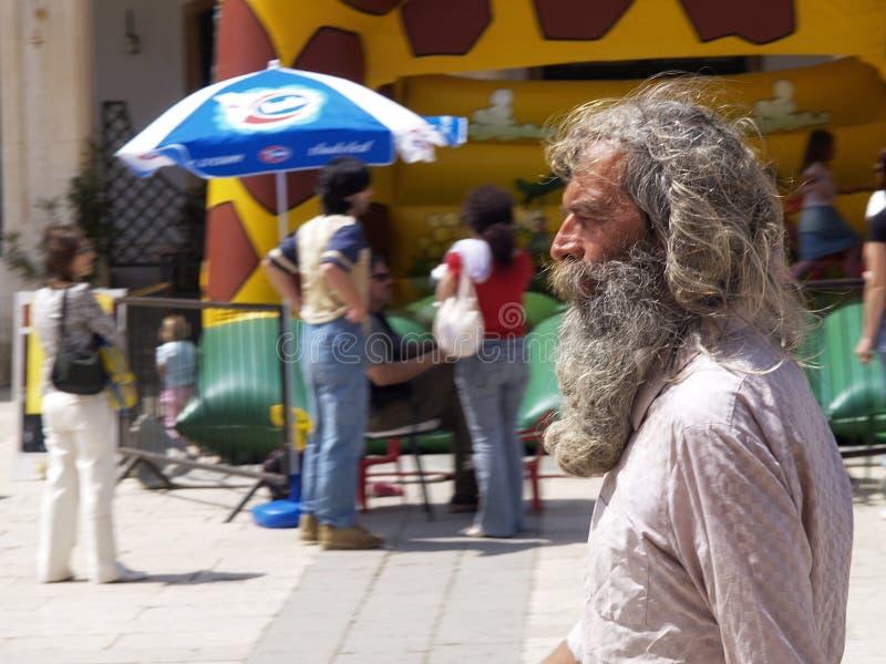 Un viejo hombre barbudo de pelo largo gris imagenes de archivo