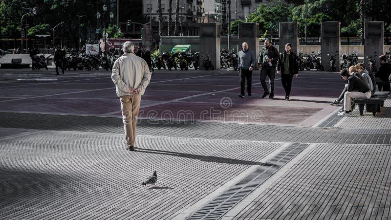 Un viejo hombre camina al lado del ³ n de Teatro Colà fotos de archivo libres de regalías