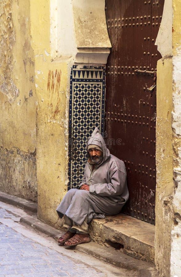 Un viejo hombre en Fes, Marruecos imagenes de archivo