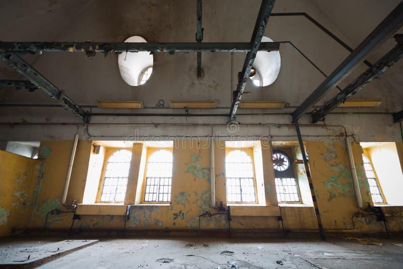 Un viejo interior del edificio industrial, ventanas fotografía de archivo libre de regalías