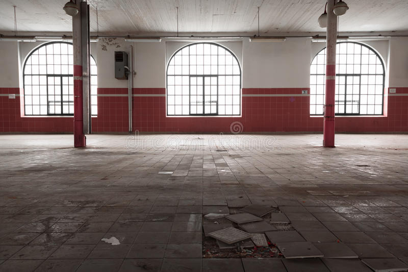 Un viejo interior industrial vacío del almacén fotografía de archivo libre de regalías