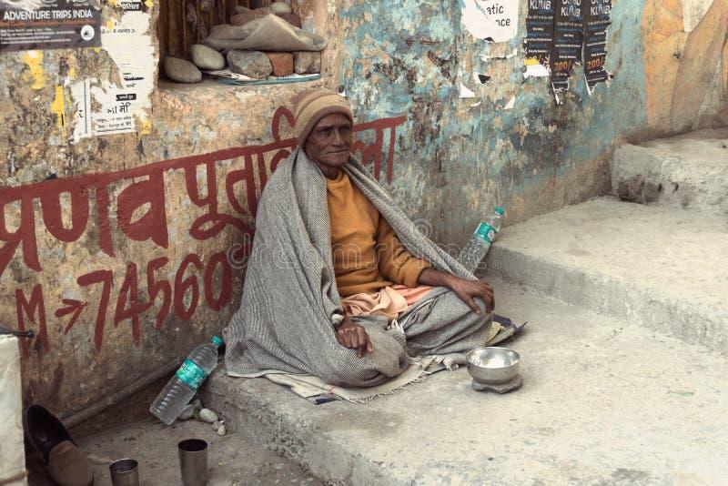 Un viejo mendigo indio espera limosnas en una calle fotos de archivo libres de regalías