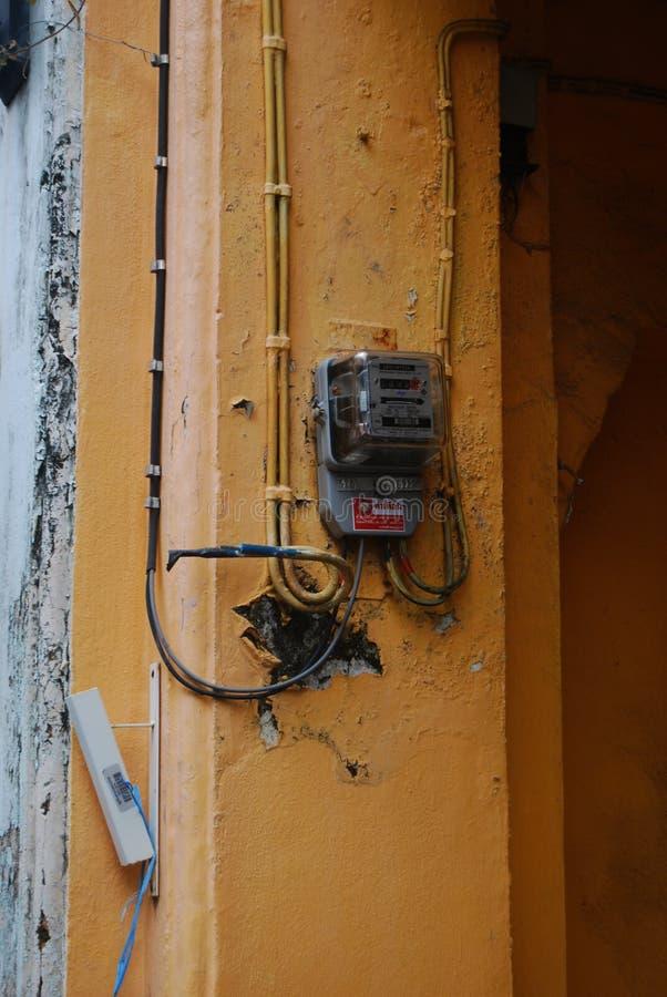 Un viejo metro de la electricidad en la pared fotografía de archivo