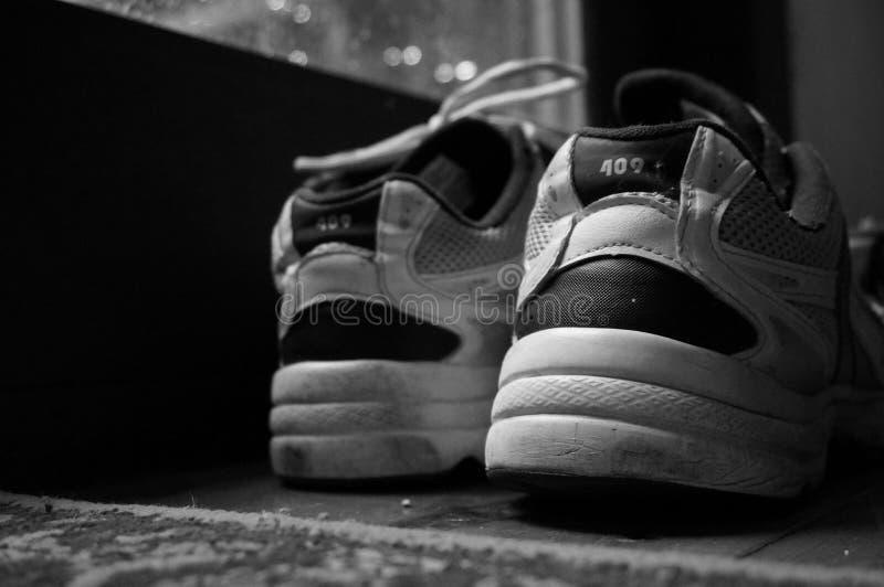 Un viejo par de zapatillas de deporte fotografía de archivo