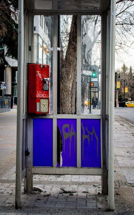 Un viejo phonebooth que se ha tratado mal imágenes de archivo libres de regalías