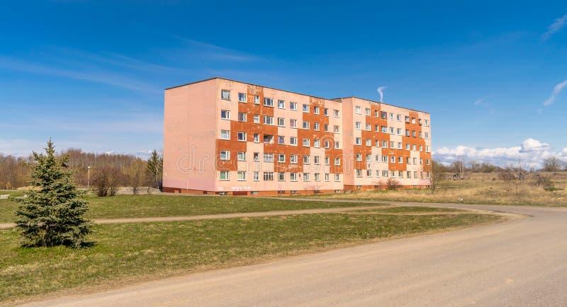 Un viejo soviet construyó el bloque de apartamentos fotos de archivo