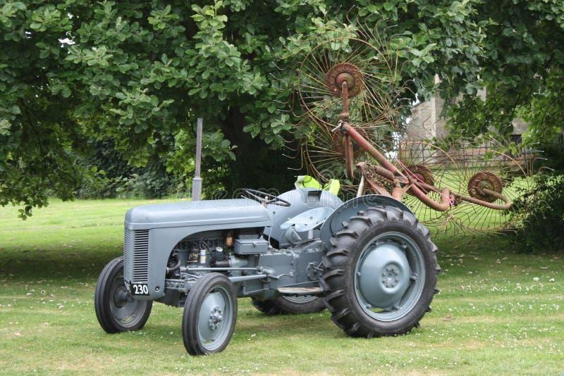 Un viejo vintage poco equipamiento agrícola gris del tractor de ferguson del fergie fotos de archivo libres de regalías