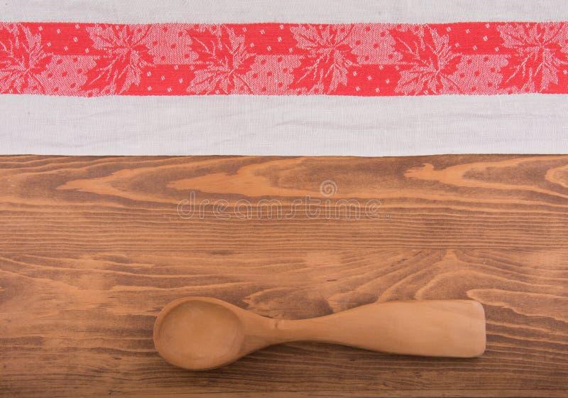Un viejos rojo y blanco modelaron la toalla de cocina imagen de archivo