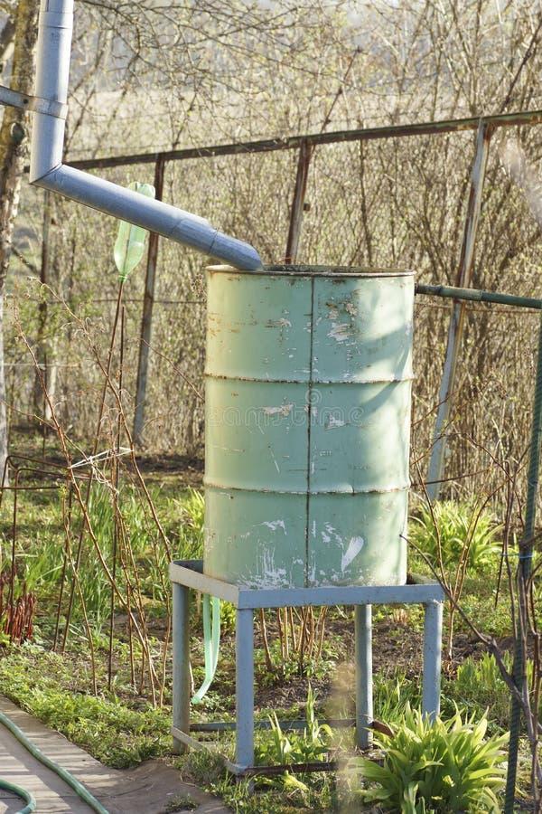 Un vieux baril pour l'eau de pluie photos libres de droits