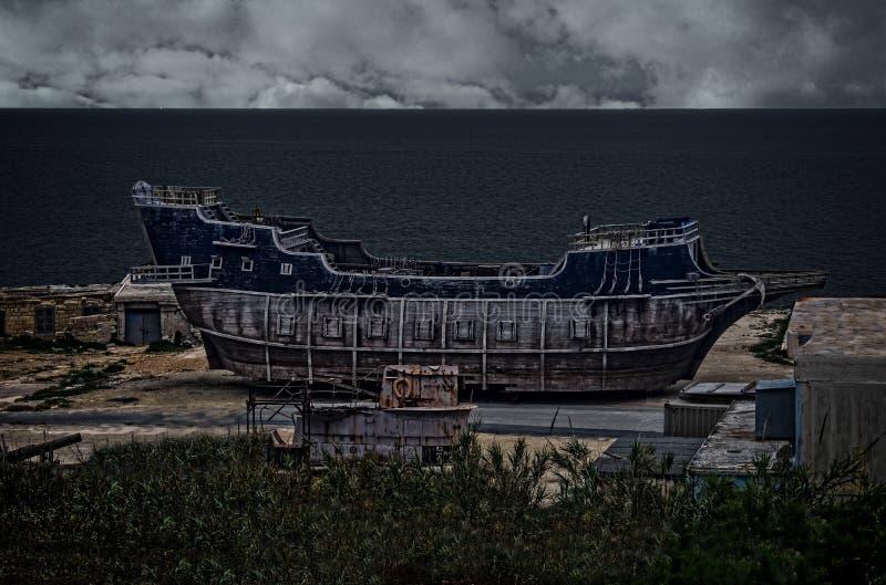 Un vieux bateau et sous-marin photo stock