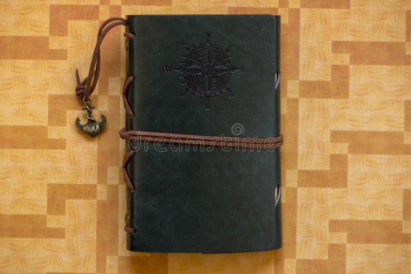 Un vieux carnet avec la boussole s'est levé photo libre de droits