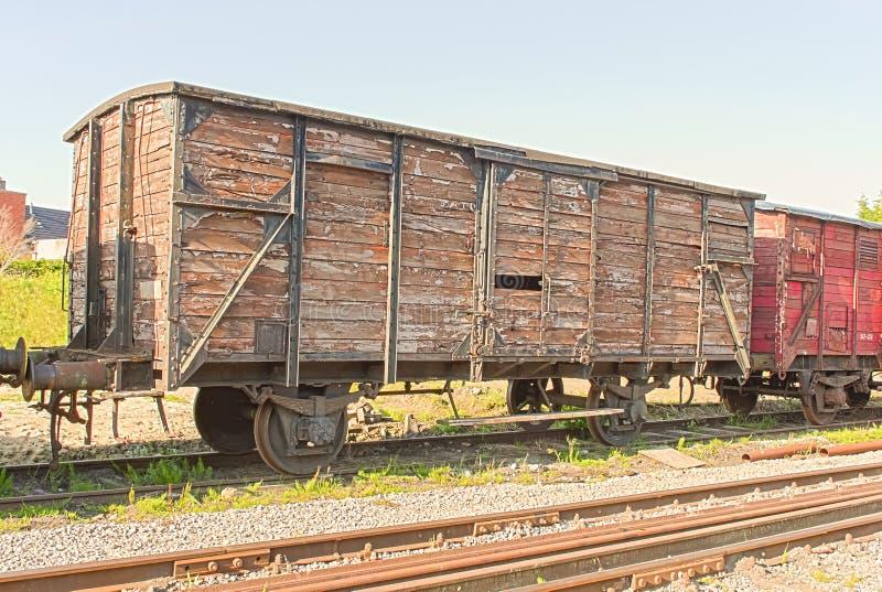 Un vieux chariot de train de vintage sur les rails photos stock