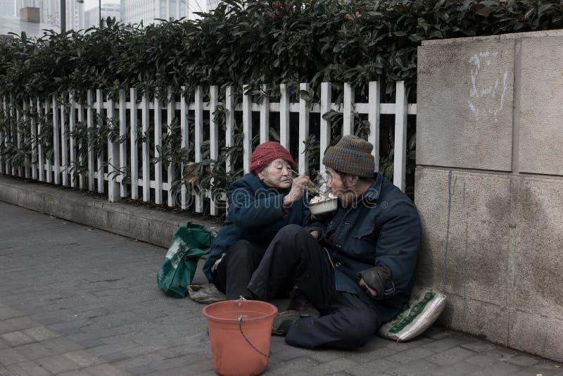 Un vieux couple priant sur les rues image libre de droits