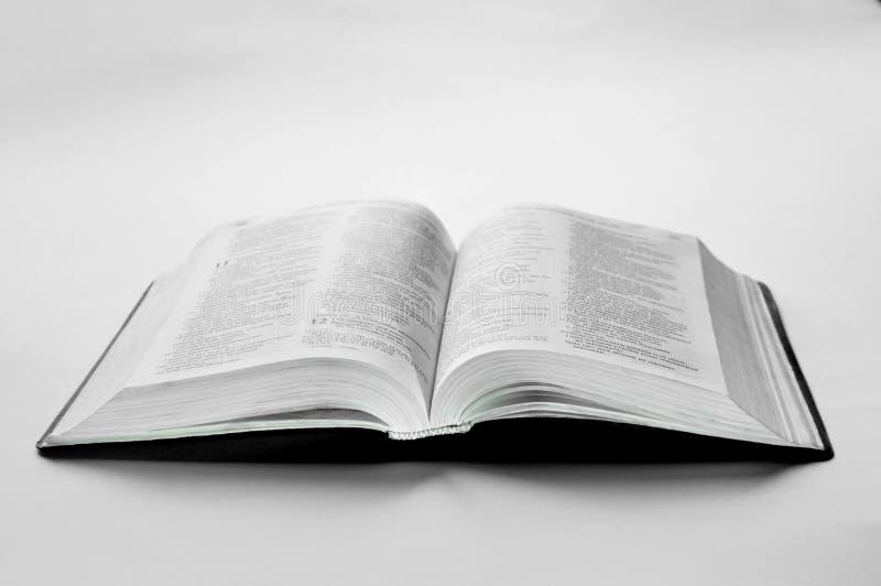 Un vieux livre ouvert est sur la table photographie stock