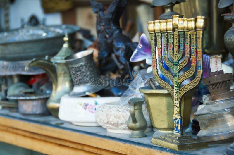 Un vieux Menorah dans un magasin antique images stock