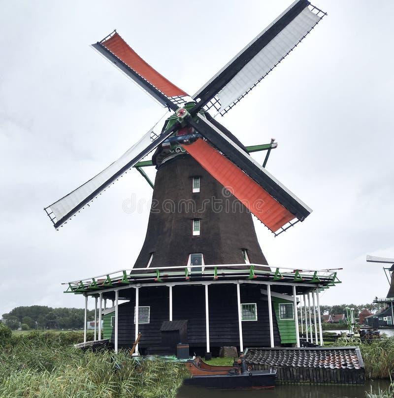 un vieux moulin à la rivière à Amsterdam photo stock