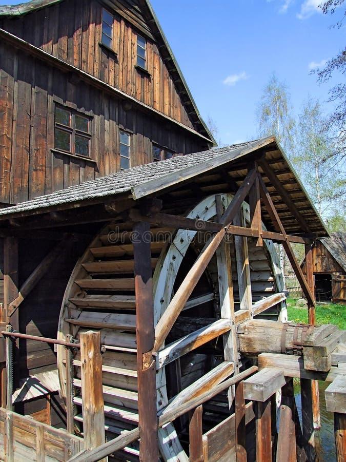 Un vieux moulin avec de l'eau roulent dedans la Pologne photo stock
