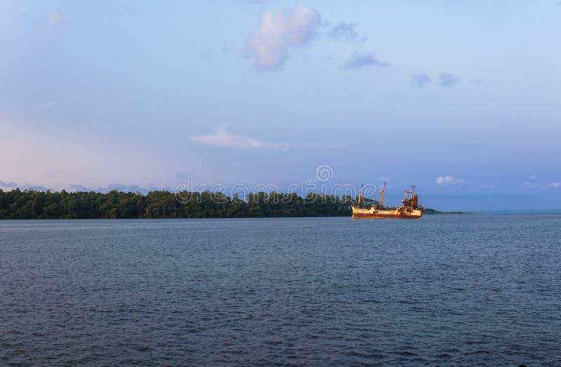 Un vieux naufrage ou un navire abandonné échoué photographie stock libre de droits