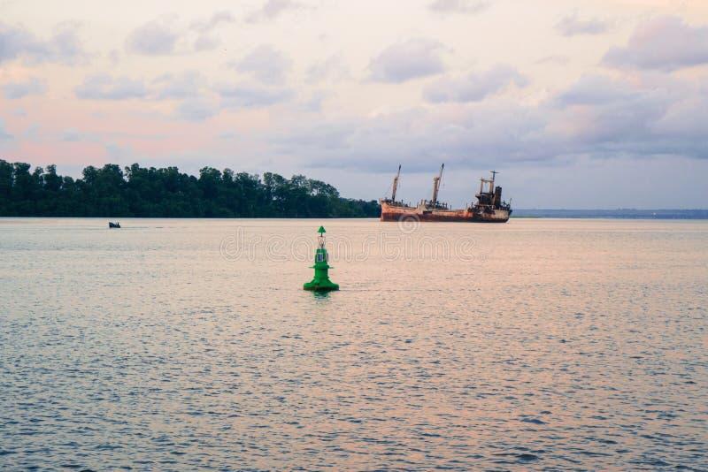 Un vieux naufrage ou un navire abandonné échoué images libres de droits